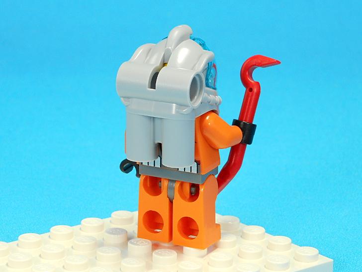 ベテラン潜水士の後ろ姿