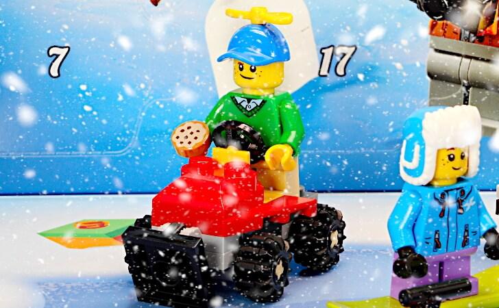 タケコプターの少年と除雪トラクター